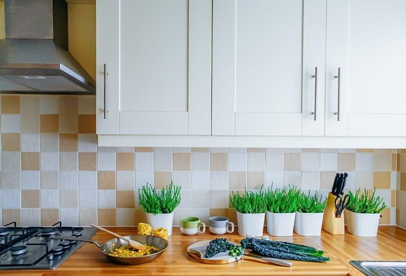 biala kuchnia z drewnianym blatem