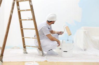 Jak dobrze wybrać białą farbę na ściany w salonie?