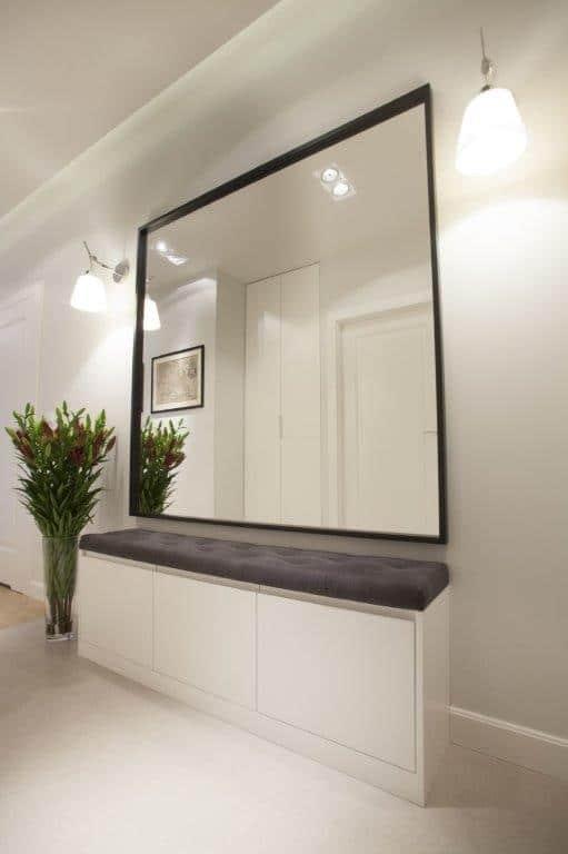 Ławka-schowek i duże lustro nad nią - MGN Pracownia Projektowa