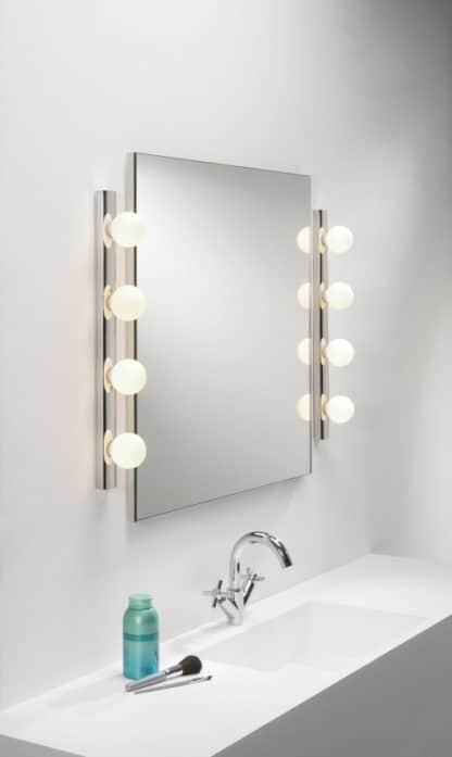 Kinkiety łazienkowe Cabaret zamontowane po bokach lustra