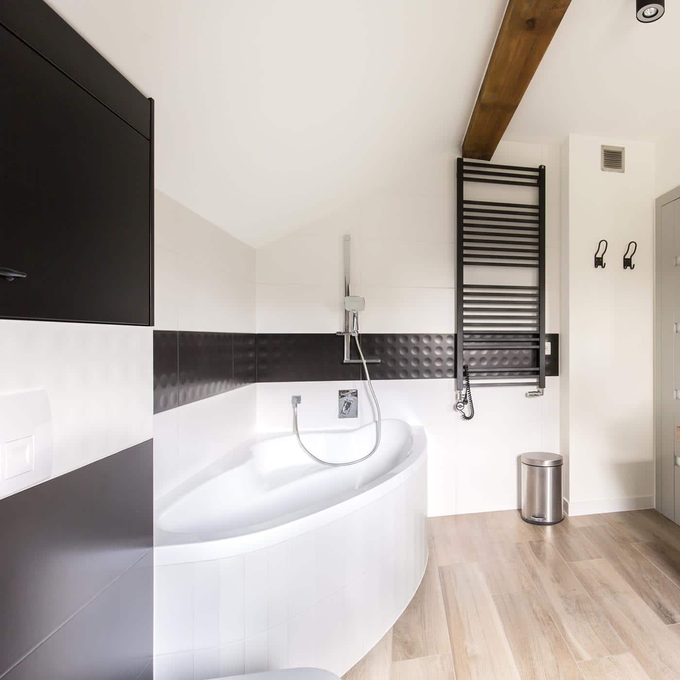 Aranżacja biało czarnej łazienki