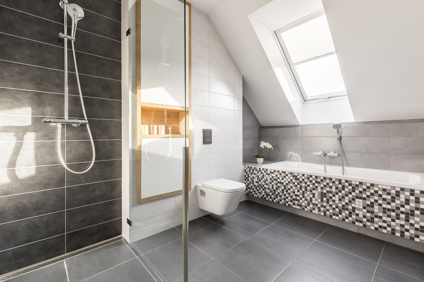 przestrzonna biało czarna łazienka