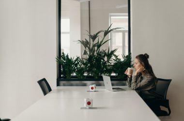 Jak urządzić przestrzeń biurową? Wygodne i trwałe fotele biurowe